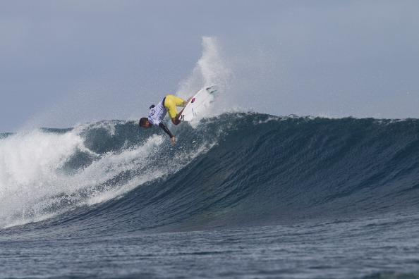 Filipe Toledo surfando com pressão nas poderosas ondas de Cloudbreak. Foto:ASP/Divulgação