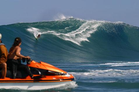 Eraldo Gueiros em Jaws, uma das ondas mais perigosas do mundo. Foto: www.multisolution.art.br