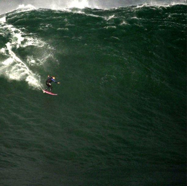 Maya Gabeira dropando uma onda montruosa em Nazaré. Foto : Arquivo Instagram.