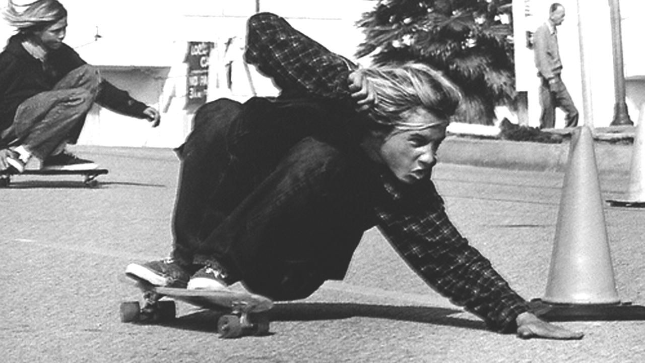 Jay Adams surfando no asfalto em meados dos anos 70.