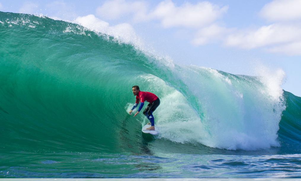 Kobi Aberton é profundo conhecedor desta onda, e venceu sua bateria contra Bruce Irons. Foto: RED BULL