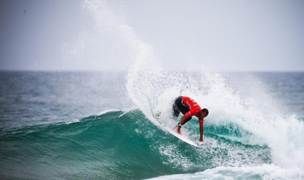Jadson André garantiu mais um ano na elite do surf mundial. Foto: ASP/Laurente Masurel