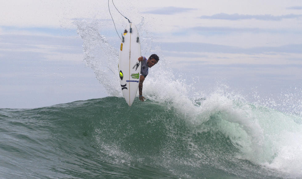 Filipe Toledo horrorizando na manobras aéreas.Foto:ASP/Daniel Smorigo