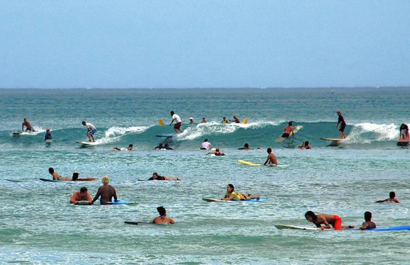 No verão o número de pessoas que frequentas escolinhas aumentam muito o crowd.