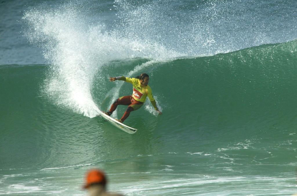 Fabio Gouveia apurou seu estilo pegando ondas boas e observando seu ídolo Tom Curren. Foto: Pierre Tostie