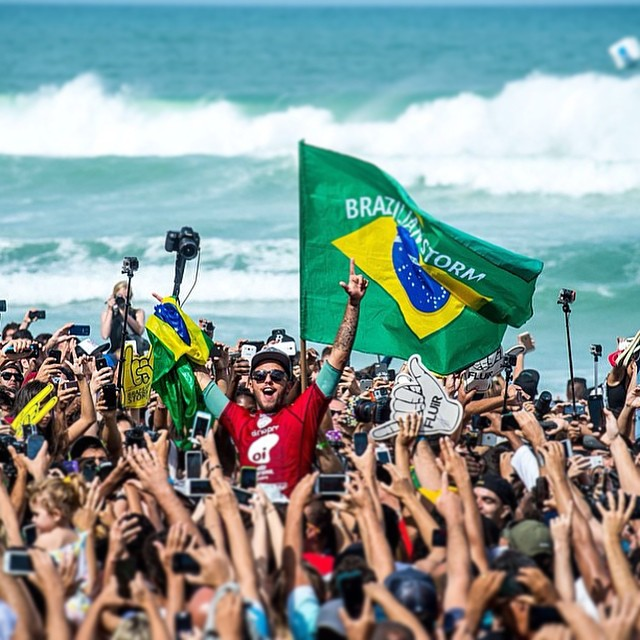 Filipe Toledo carregado pela torcida brasileira. Foto: WSL