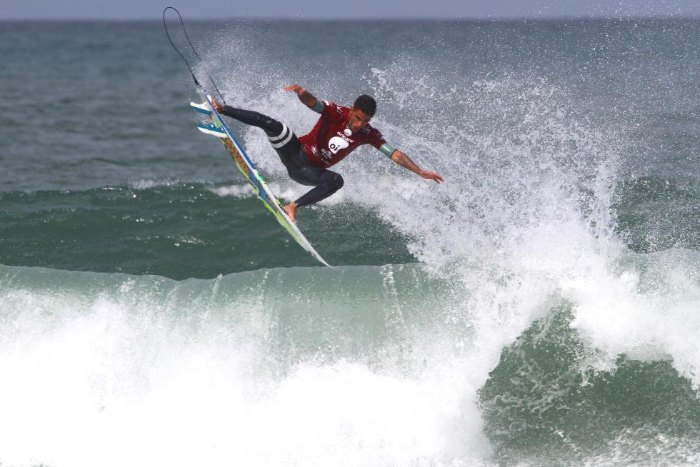 Filipe Toledo fazendo a torcida delirar nas areias da Barra. Foto: WSL