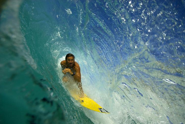 Exímio Tuberider, Fabinho adora se entocar nos tubos. Foto: Marcio Davi