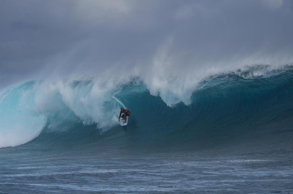 Kelly Slater não foi seletivo na escolha de ondas contra Italo Ferreira. Foto: WSL/Kirstin