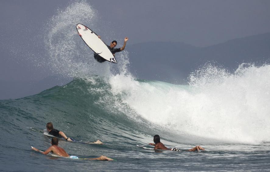 Marcos Sifu é surfista aerialista e paraquedista. Foto: aerofishbrasil.blogspot.com.br