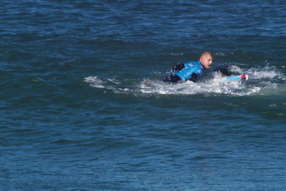 Mick Fanning aterrorizado pelo tubarão branco que o atacou. Foto: WSL / KC