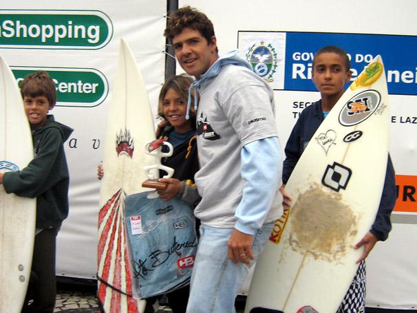 Dadá Figueiredo foi ídolo nos anos 80. Agora faz o shape das pranchas do seu filho Dávio, para as competições. Foto : Globo.com