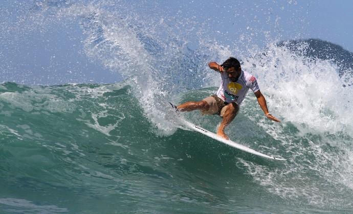 Tomas Hermes mostrou uma abordagem modena para vencer a segunda etapa do Super Surf. Foto: Smorigo