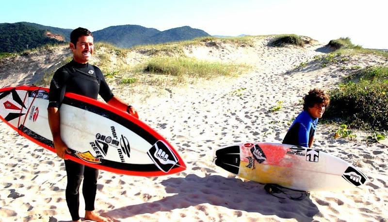 Ian Gouveia tem apoio total do seu pai Fabio Gouveia para seguir sua carreira de surfista profissional. Foto : Pegadas Salgadas