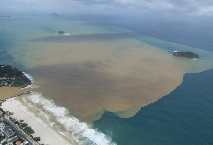 Poluição no Quebra - Mar. Foto: Mario Moscatelli