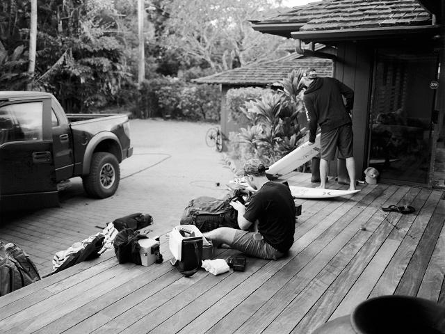 O diretor Kueny e JJF em casa durante as filmagens no North Shore de Oahu. Foto: Barash