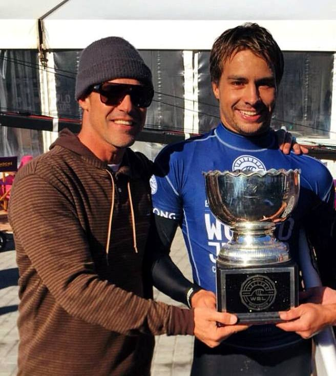 Leandro Dora e Lucas Silveira com o caneco de campeão mundial sub 20 da WSL . Foto : Globo.com
