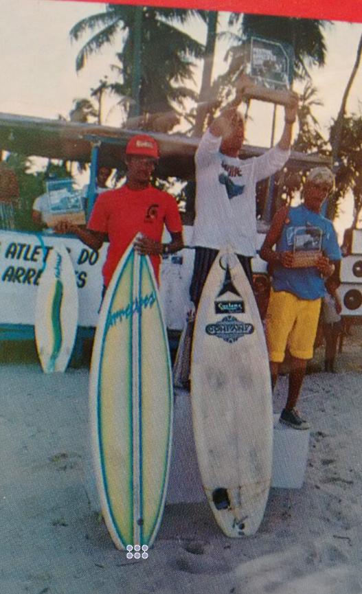 Marcelo Bôscoli levantando o troféu do Arrecifes Pro.