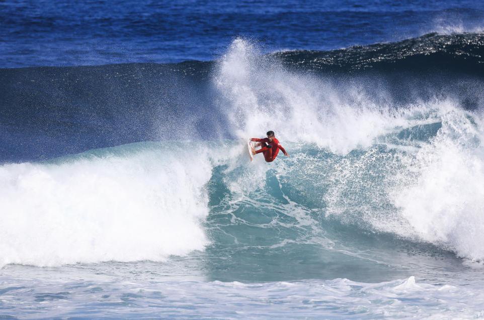 Filipe Toledo calou os críticos, surfando muito bem em ondas grandes e volumosas. Foto: WSL/ Matt Dunbar